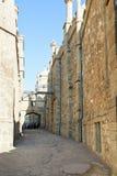 Turister mellan fästningväggar av den Alupka slotten Royaltyfria Bilder