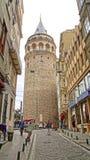 Turister nära av det Galata tornet Arkivbild