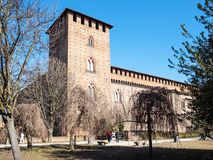 Turister nära Castello Visconteo i den Pavia staden royaltyfria foton
