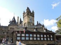 Turister nära Cochem den imperialistiska slotten, Tyskland Fotografering för Bildbyråer