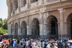 Turister nära Colosseumen arkivfoton