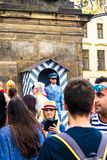 Turister nära den Prague slotten, nu officiell uppehåll av presidenten av Tjeckien royaltyfri bild