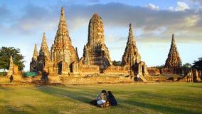 Turister nära den Wat Chai Watthanaram templet. arkivfoton