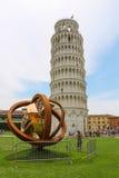 Turister nära det lutande tornet av Pisa italy arkivfoton