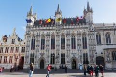 Turister nära ett stadshus i Bruges, Belgien Arkivbilder