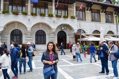Turister nära ingången av kalkstengrottan i Postojna Royaltyfri Fotografi