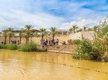 Turister nära Jordan River, på platsen av Jesuss dop arkivbild