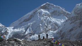 Turister nära Mount Everest stock video