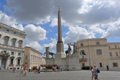 Turister nära obelisken i Piazza del Quirinale i Rome Royaltyfria Foton