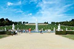 Turister nära springbrunnen och den Sanssouci slotten i Sanssouci parkerar arkivfoto