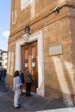 Turister near dörrar av det Medici kapellet i Florence royaltyfria foton