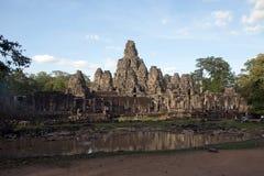 Turister near skymning på Bayonen Wat en 12th århundradetempel inom det Angkor Thom komplexet, December 31 2017 Arkivfoto