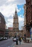 Turister near St George Tron Church i den gamla staden Glasgow Royaltyfri Foto