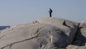 Turister observerar den steniga kusten av Peggys liten vik Nova Scotia September 2014 Arkivbild