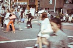 Turister och affärsfolk som korsar gatan på Harajiku Royaltyfri Bild