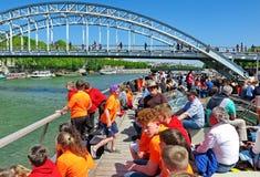 Turister och barn på ett nöjefartyg på Seinen arkivfoton