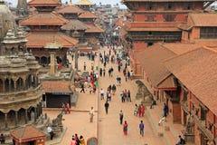 Turister och det lokala folket som besöker Patan Durbar, kvadrerar i Nepal Arkivfoto
