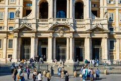 Turister och det trogna besöket basilikan av Santa Maria Maggiore i Rome Arkivfoto