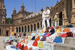 Turister och färgrika fans, Plaza de Espana Arkivfoton