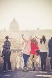 Turister och folket på Pincioen terrasserar i Rome i Italien Arkivbilder
