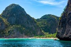 Turister och hastighetsfartyg i Maya Bay, iconic strand av Phi Phi ?ar i Thailand royaltyfri foto