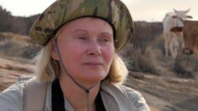 Turister och kor för kvinna för närbildframsida står Caucasian bak henne stock video