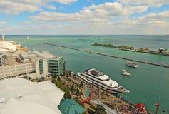 Turister och kryssningskepp på marinpir i Chicago, Illinois Royaltyfri Foto