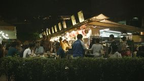 Turister och lokaler äter i billigt alfresco äta middag lager videofilmer