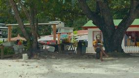 Turister och lokaler på Beau Vallon Beach i det västra av Mahe lager videofilmer