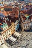 Turister och lokaler på gatan i Prague gammal stadfyrkant royaltyfri foto