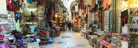 Turister och lokaler på Jerusalem gamla stad marknadsför Arkivbild