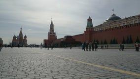 Turister och lokaler som besöker den röda fyrkanten i Moskva, Ryssland Time-schackningsperiod arkivfilmer