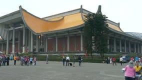 Turister och lokaler som går runt om den Sun Yat-sen minnesmärken arkivfilmer