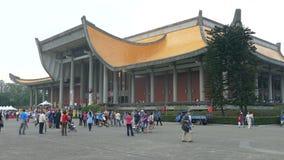 Turister och lokaler som går runt om den Sun Yat-sen minnesmärken stock video