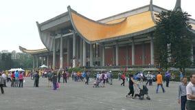 Turister och lokaler som går runt om den Sun Yat-sen minnesmärken lager videofilmer
