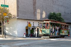 Turister och lokaler som rider kabelbilen/spårvagnen på Powell Street arkivfoto