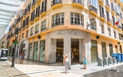 Turister och lokaler som shoppar på Calle Marques de Larios Royaltyfri Bild