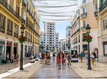 Turister och lokaler som shoppar på Calle Marquis de Larios Royaltyfri Fotografi