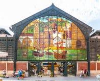 Turister och lokaler som skriver in och lämnar Mercadoen Central de Atarazanas royaltyfria bilder