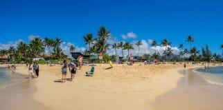 Turister och lokaler tycker om den Poipu stranden, Kauai royaltyfria bilder