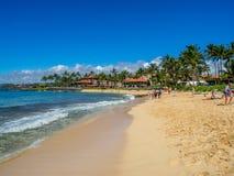 Turister och lokaler tycker om den Poipu stranden, Kauai royaltyfri fotografi