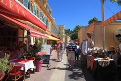 Turister och lokaler tycker om kafét och den antika marknaden på Coursen S Royaltyfri Fotografi