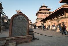Turister och lokalt folk som besöker den Patan durbafyrkanten, Nepal Royaltyfri Bild