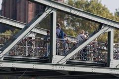 Turister och Lovelocks på Eiserneren Steg, bro i Frankfurt, Tyskland arkivfoton