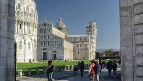 Turister och lutande torn av Pisa som ses i timelapse stock video