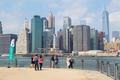 Turister och New York horisont Royaltyfria Foton