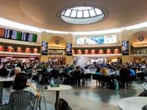 Turister och passagerare på terminalen 3 på Ben Gurion International Airport, Tel Aviv Arkivfoton