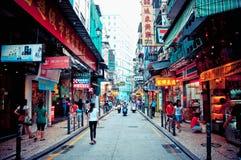 Turister och shoppare i Macao Arkivfoto