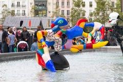Turister och skulpturer på den Stravinsky springbrunnen Paris Fotografering för Bildbyråer