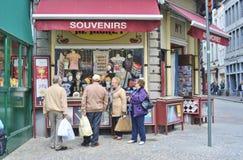 Turister och souvenir i Bruges Arkivbilder